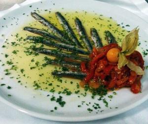 Anchoas del Cantábrico con ensalada de pimientos asados y  aceite de arbequinas