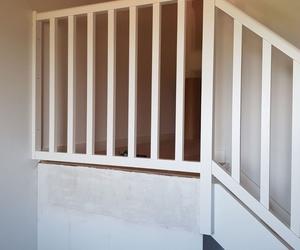 Escalera lacada en blanco