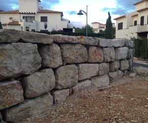 Formación de muros de escollera de caras planas .
