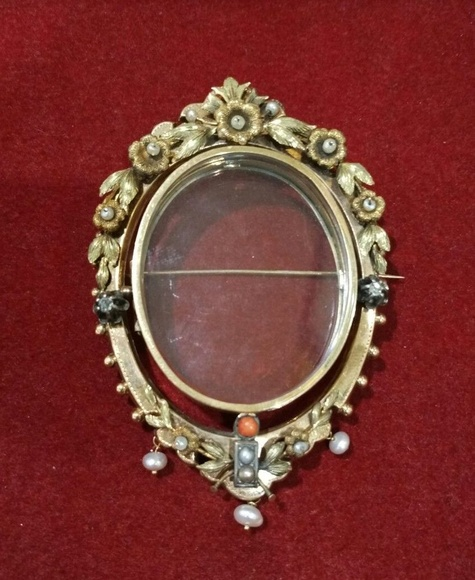Broche portafoto en oro de 18k con perlas, diamantes y coral. Finales S.XIX: Catálogo de Antigua Joyeros