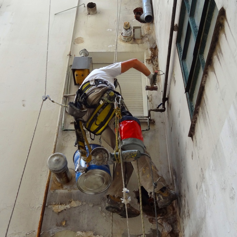 Instalación de bajantes y acometidas de fachada.