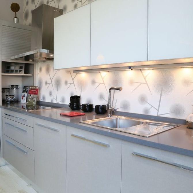 Una cocina blanca y luminosa