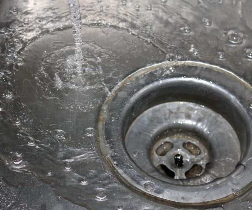 Causas más comunes de atascos en el fregadero