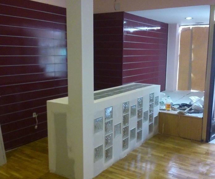 mueble recepcion con bloques de vidrio