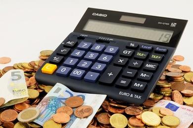 Los empresarios podrían elevar su oferta de subir los salarios un 0,9% como máximo en 2015 y un 1,3