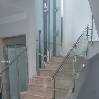 Barandilla de acero inoxidable y vidrio montada para comunidad de apartamentos.