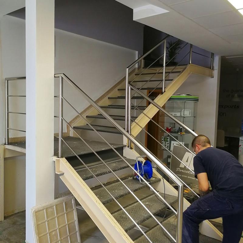 Barandilla de acero inoxidable diseñada para zona de oficinas de nave industrial.