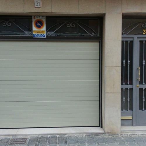 Puerta garaje y puerta domicilio