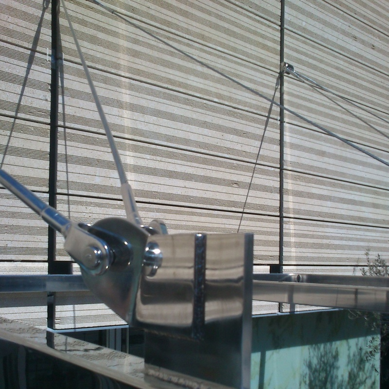 Marquesina de acero inoxidable aisi 317 montado en puerta de acceso a hotel de zona marítima.