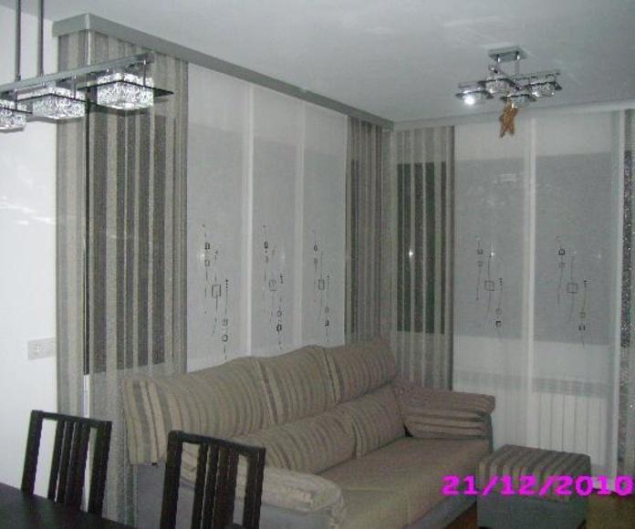 Composición de panel japones en salón con galeria de acero