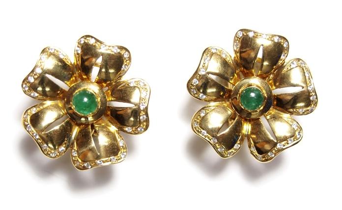 Pendientes de margaritas de oro de 18k con diamantes y esmeraldas. Moderno: Catálogo de Antigua Joyeros