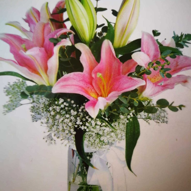 Arreglo de lilium oriental rosa, paniculata y eucalipto