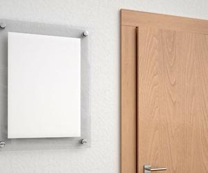 ¿Has pensado en poner una placa de metacrilato en la puerta de tu oficina?
