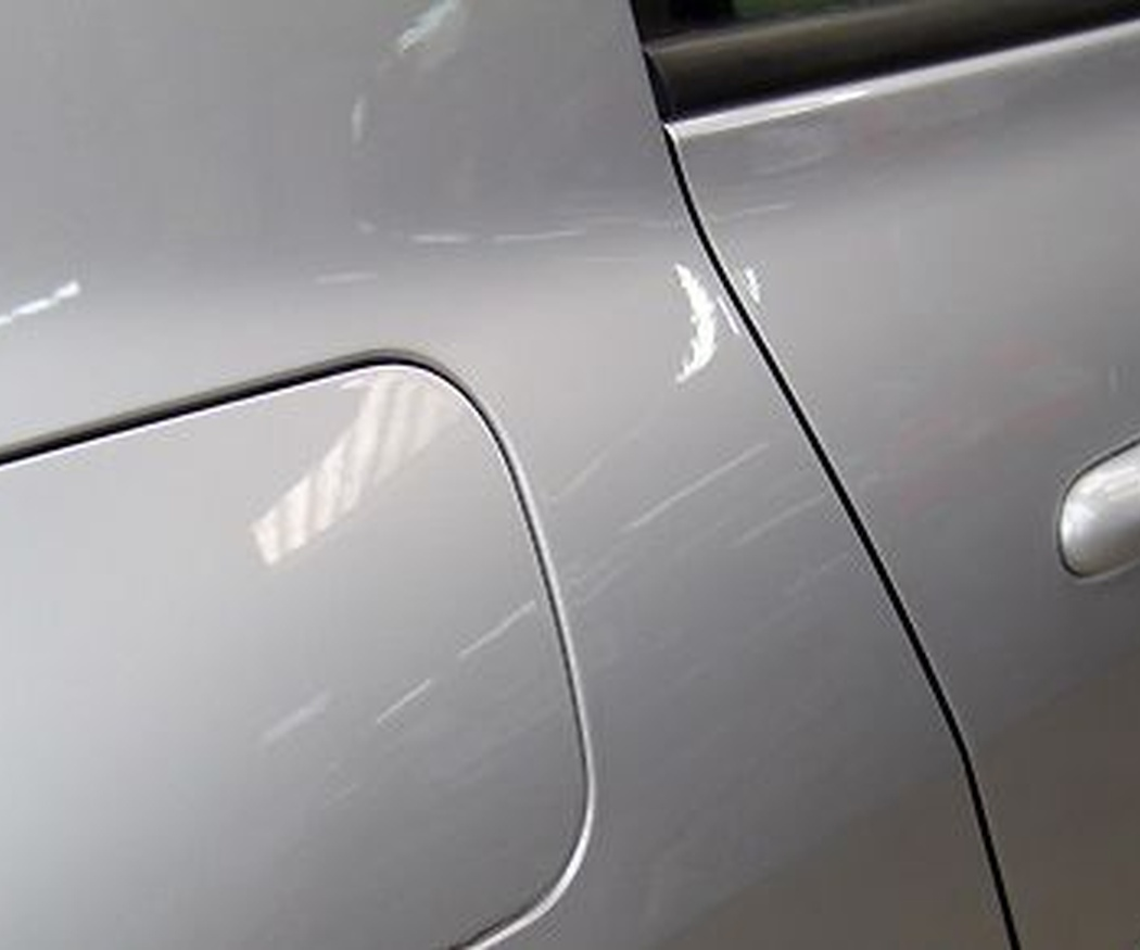 Aprende a reparar los pequeños arañazos en la chapa del coche