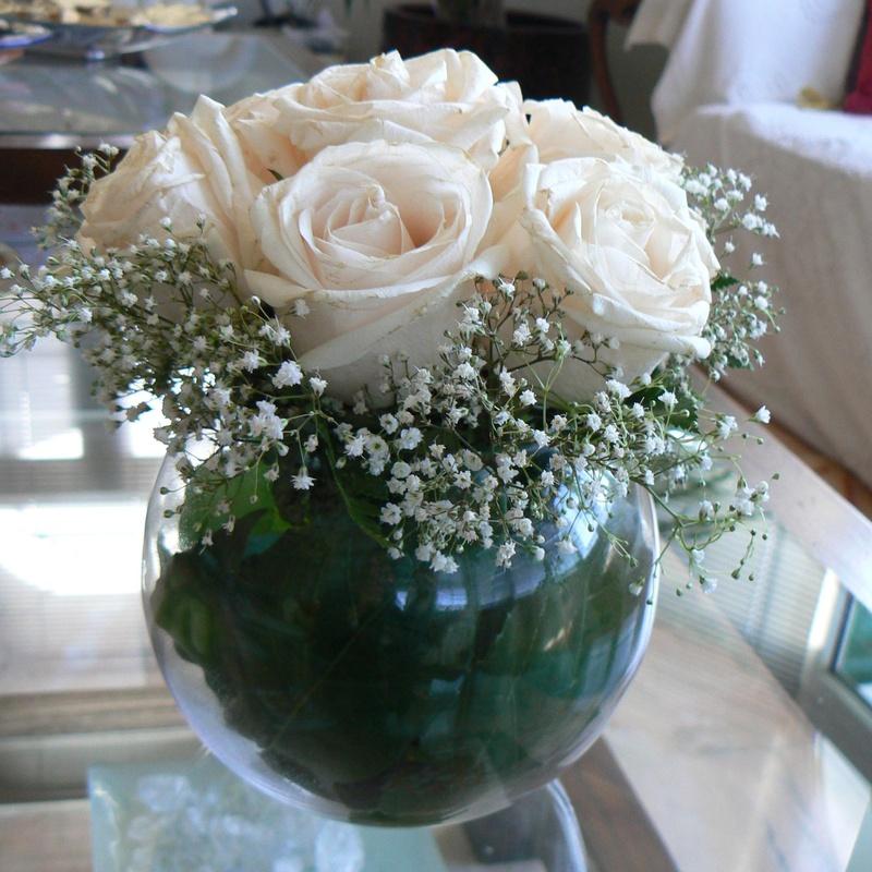 Arreglo de rosas blancas en bola de cristal