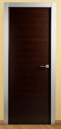 Puerta maciza lisa wengue con tapetas de aluminio. PVP 322,95€