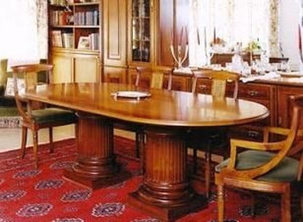 La mesa clásica de pies romanos para el salón es una de las propuestas de decoración e interiorismo en Vic de Archi Mobel