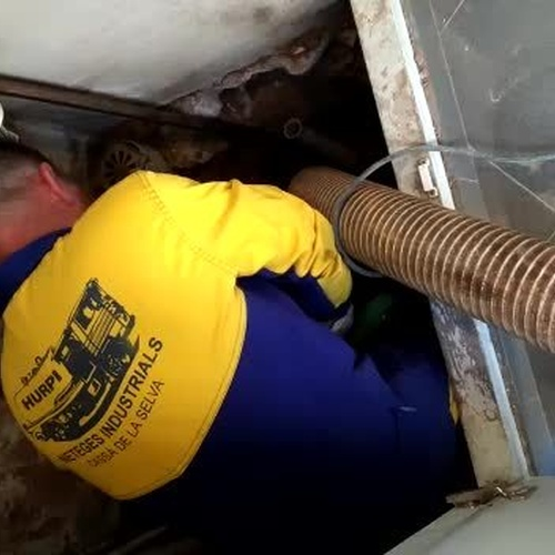 Limpieza de tuberías con camión cisterna