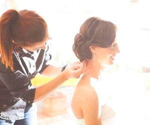 Peinando a novia en casa. ASIA