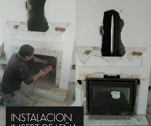 Instalación de insert de leña, con salida de humos adecuada para la instalación.