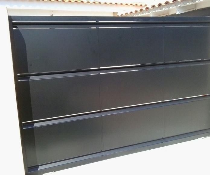 Puerta corredera de hierro lacada al horno en color negro