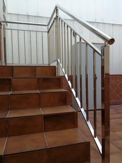Barandilla de acero inoxidable con diseño de palillería montada en vivienda particular.