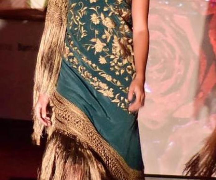 Mantón verde con gran fleco llevado como vestido
