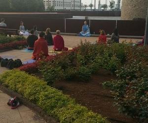 Práctica de la mañana, con los grupos de Formación de Profesores de Yoga del Centro Milarepa. En el Parque del Castillo de la Luz, La Isleta, Las Palmas de Gran Canaria.