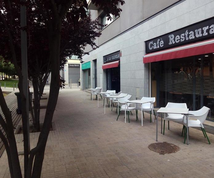 Terraza y entrada del restaurante A la Cazuela