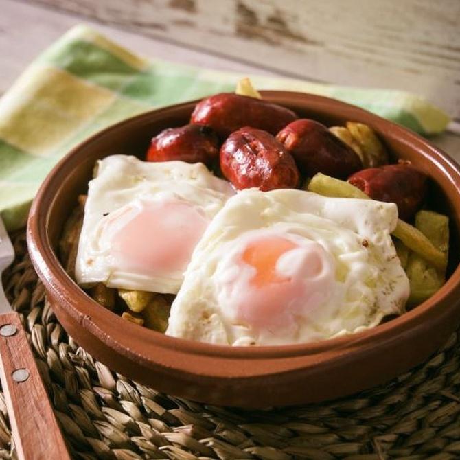 Tradicional y delicioso: huevos fritos con chorizo
