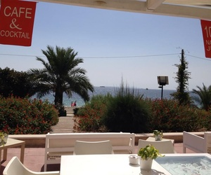 Restaurante frente a la Playa d'Embossa en Ibiza