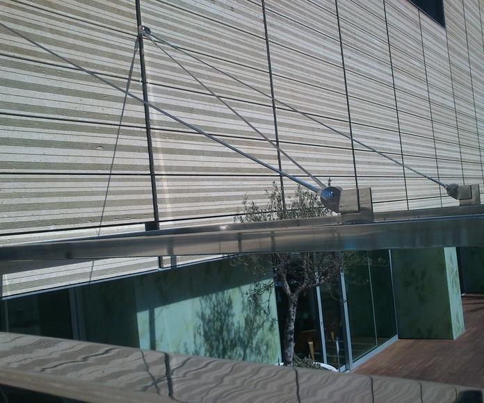 Marquesina de acero inoxidable aisi 316 montado en puerta de acceso de  hotel de zona marítima.