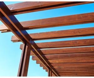 Decora tu terraza en verano con pérgolas de madera