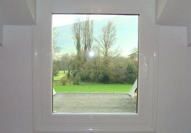 ventana de aluminio abisagrada