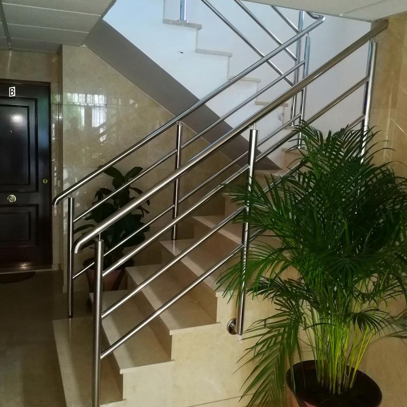 Barandilla de acero inoxidable diseñada y montada a medida para comunidad de vecinos