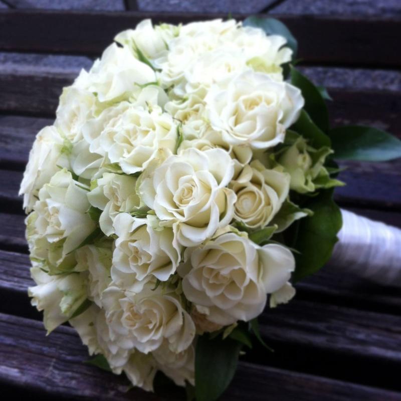 Bouquet con rosas blancas