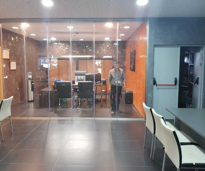 Cortina de cristal en oficina Stanzia Muebles olivenza