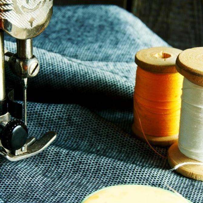 El hilo superior y la aguja de la máquina de coser