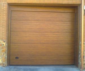 Puerta seccional en madera