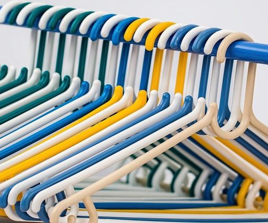 Originales trucos con perchas para tener organizado tu armario