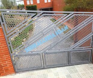 Puerta batiente de marcos geométricos