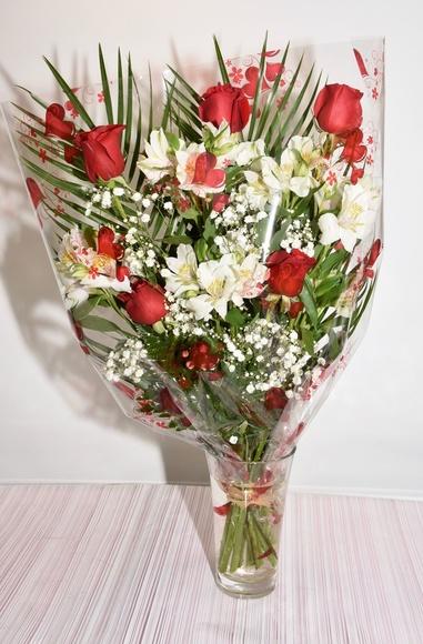 Ramo de 6 rosas con astromelia:  de Floristería Contreras
