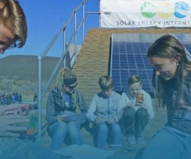 Una comunidad enseña a jóvenes sobre resiliencia con paneles solares