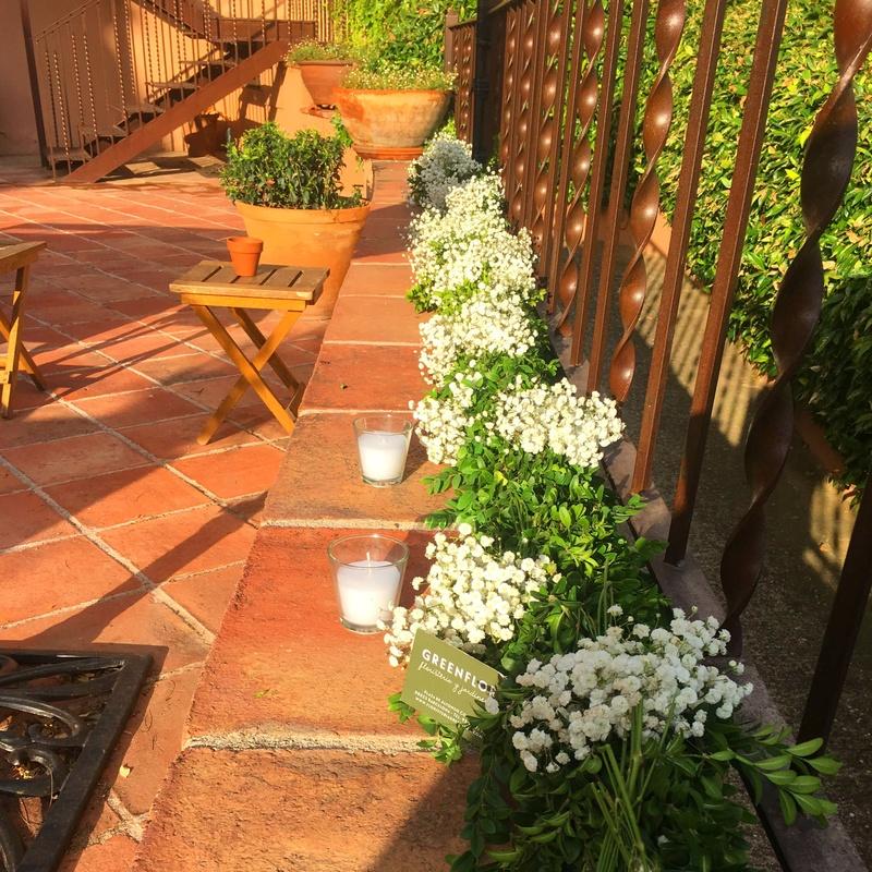 Decoración floral con guirnaldas de paniculata.