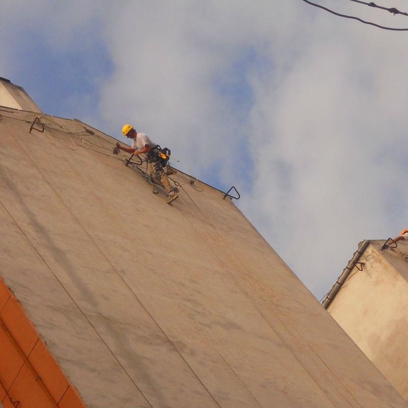 Trabajos verticales en Torrelavega. Rehabilitación de fachadas Cantabria.