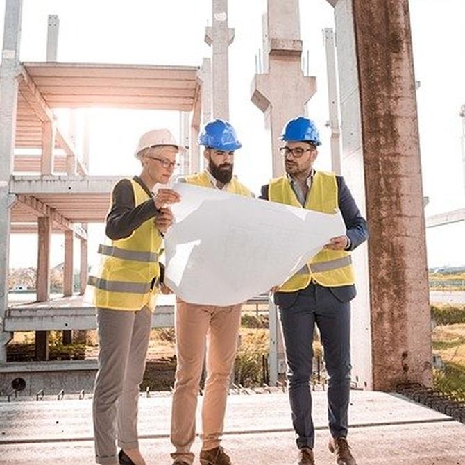 ¿Qué seguro cubre los daños en edificios por defectos en la construcción?