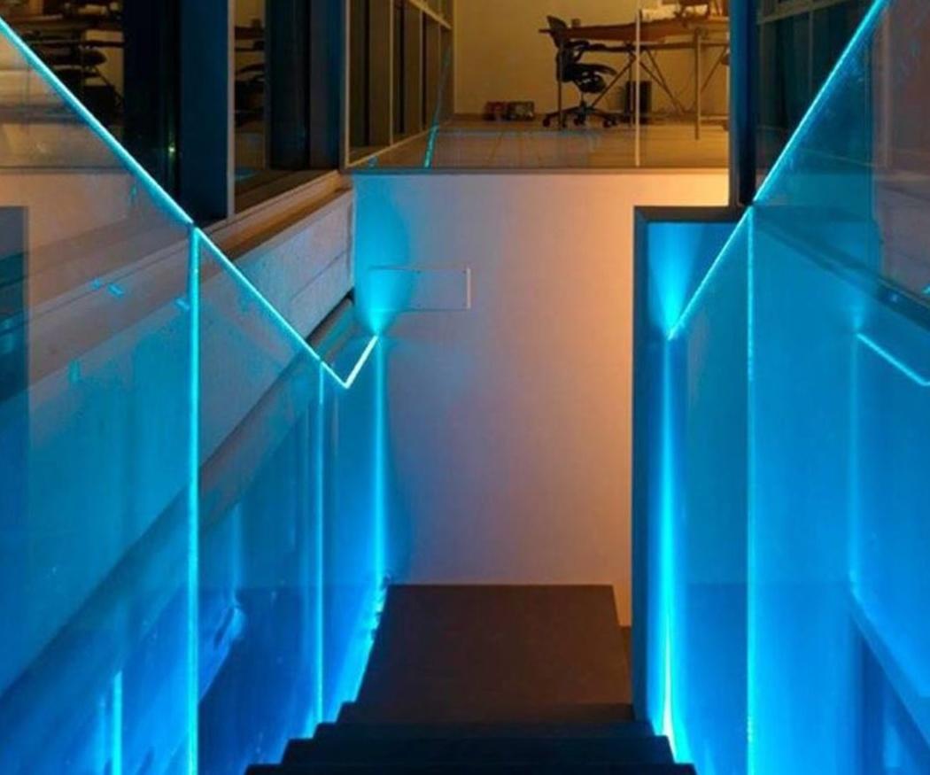 Deja que pase la luz con unas escaleras de cristal