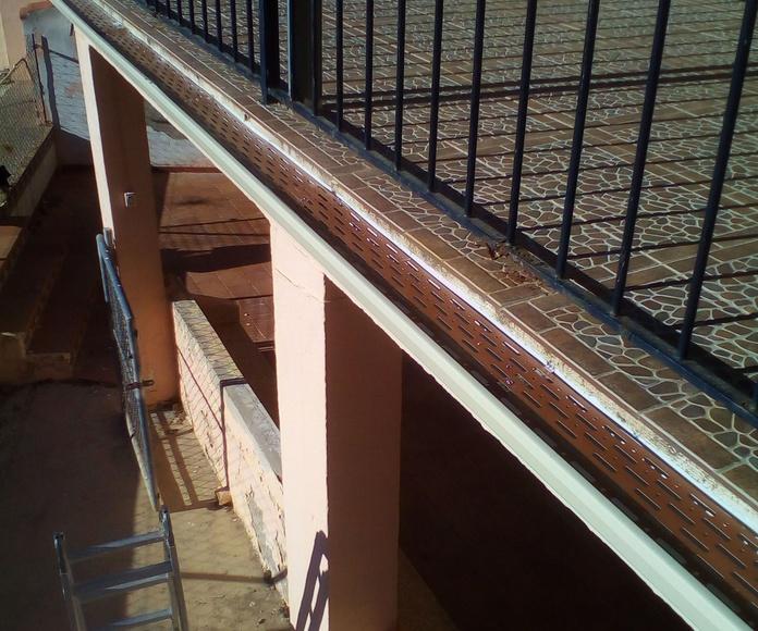 Rejilla de protección instalada en una canal de aluminio.