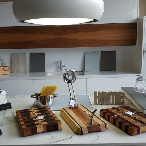Tablas de corte de diseño y dos soportes jamoneros giratorios plegables.