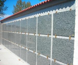Batería de nichos prefabricados acabados en granito